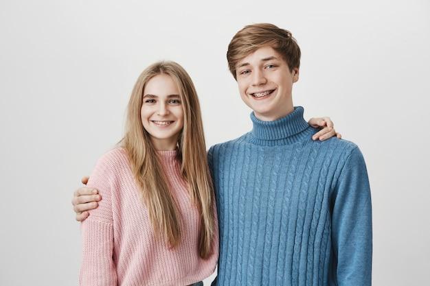 家族や兄弟のコンセプトです。少女と男の笑顔とハグ