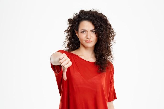 親指ジェスチャーを示す美しい巻き毛の少女