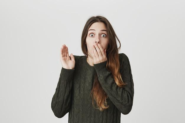 Шокированная девушка задыхается, поднимает руку