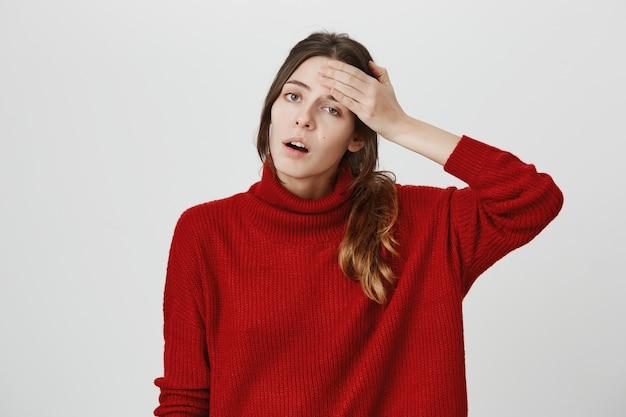 額から汗を拭く疲れている女性