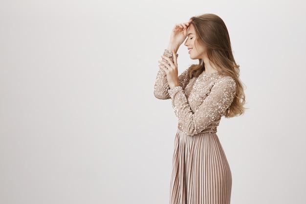 笑顔のイブニングドレスの魅力的な女性のプロファイル