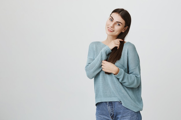 Чувственная улыбка, привлекательная женщина расчесывает волосы