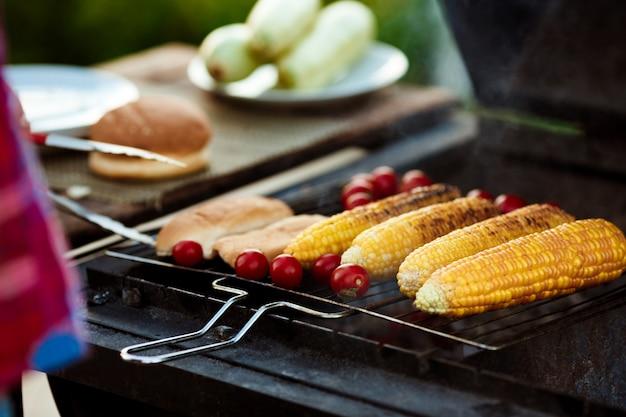 Кукуруза, помидоры на гриле. барбекю вечеринка.