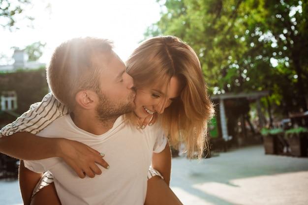Молодая красивая пара улыбаться, целоваться, обниматься, прогулки в парке.