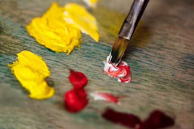 パレットの油絵の具の混合の写真をクローズアップ
