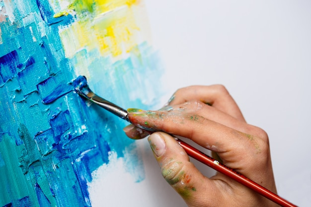 油絵の具でキャンバスに描く女性のクローズアップ