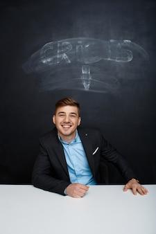 Изображение улыбающегося человека над доской с надписью кризиса
