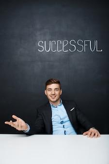 Изображение счастливого человека на черную доску с текстом успешно