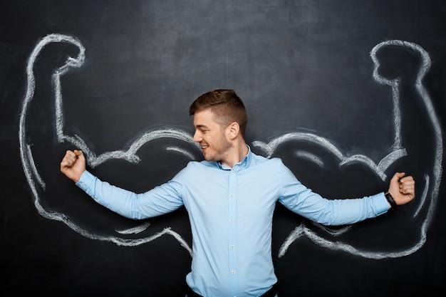 Картина смешного человека с поддельными мышц рук