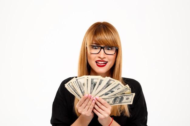 白い壁にお金を置く成功した実業家の肖像画