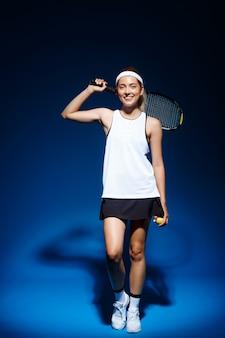 肩にラケットを持つ女性のテニス選手