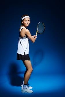 ボールを打つ準備ができてのラケットで女性のテニス選手。