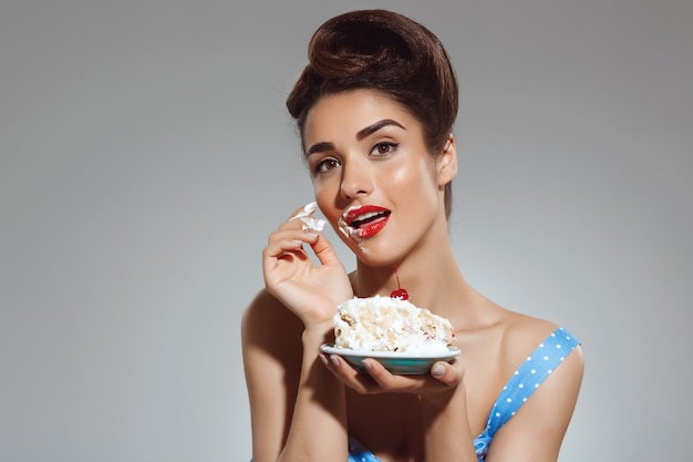 ケーキを食べて美しいピンナップ女性の肖像画