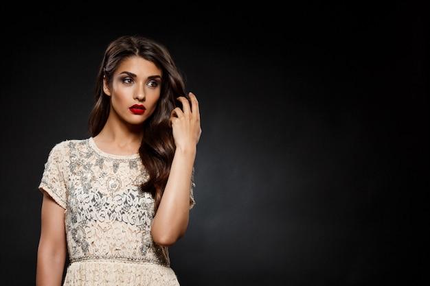 Портрет красивой женщины в сливочном платье