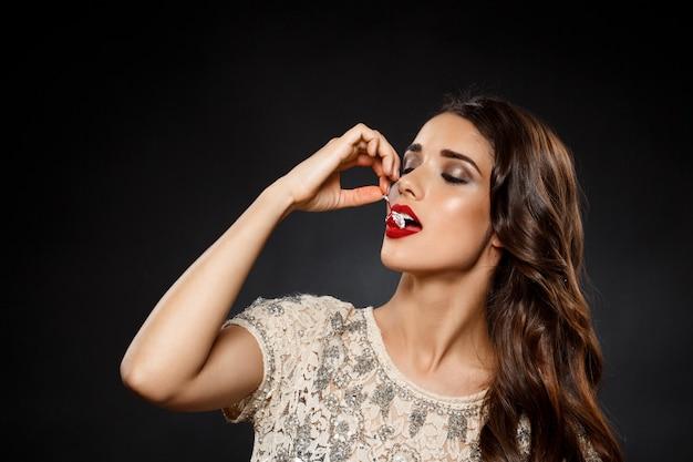 Портрет красивой женщины едят вишню
