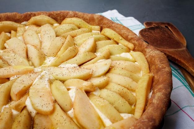 Вкусный яблочный пирог на блюде
