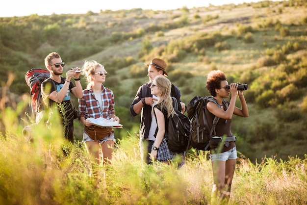 Юные друзья с рюкзаками наслаждаются видом, путешествуя по каньону