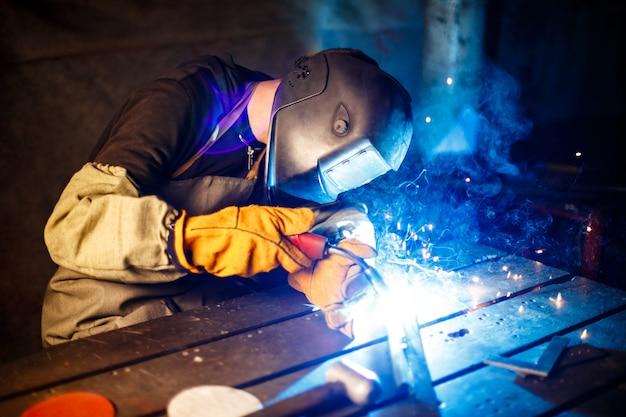 工場のプラズマ装置で金属を切断。