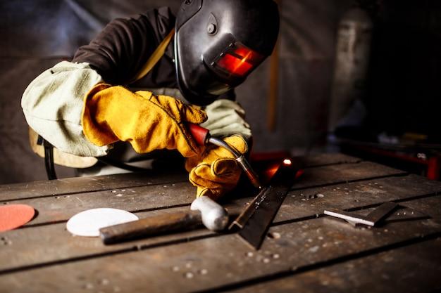 プラズマ装置による金属の切断