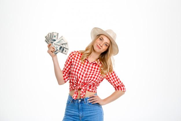 Портрет женщины страны держа деньги на белизне.