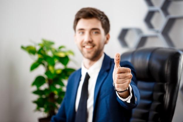 職場で大丈夫を示す若い成功した実業家。