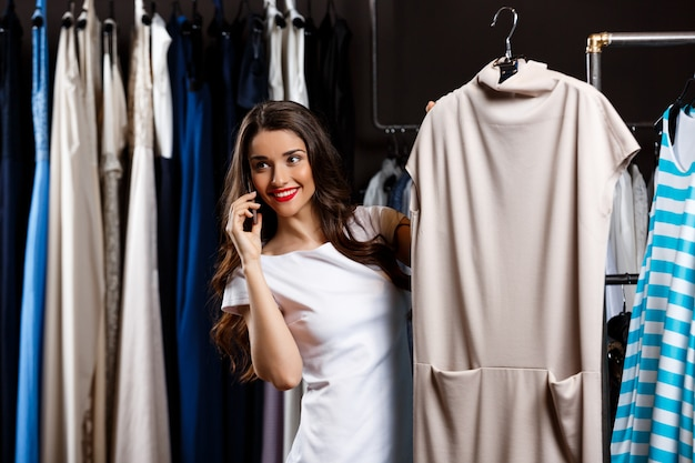 ショッピングモールで電話で話す美しい少女。