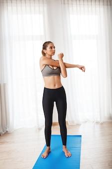 Красивая фитнес девушка делает спортивные упражнения