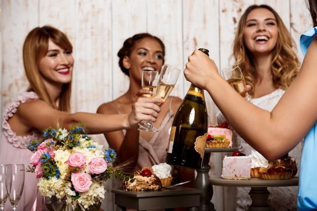 Четыре красивые девушки отдыхают на вечеринке.