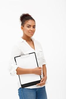 白い壁に若い成功したアフリカビジネス女性の肖像画