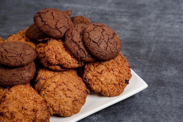 Сладкое печенье на деревянный стол