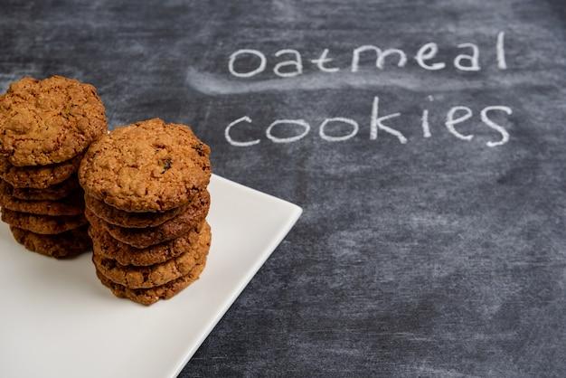 Сладкое овсяное печенье в тарелке