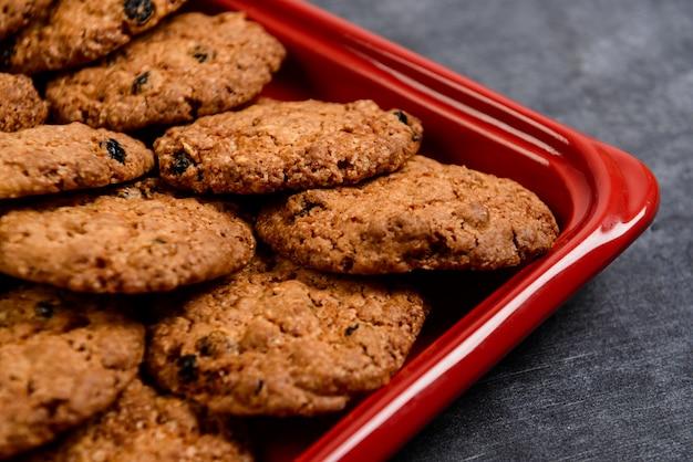 Сладкое овсяное печенье в красном подносе