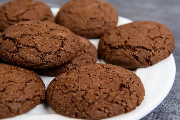 Сладкое шоколадное печенье в тарелке