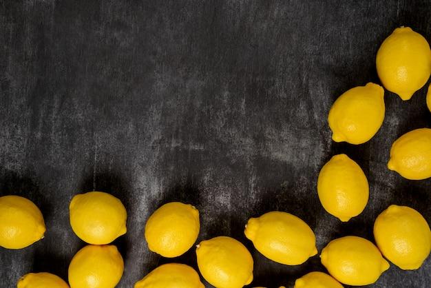 灰色の表面のレモンの画像