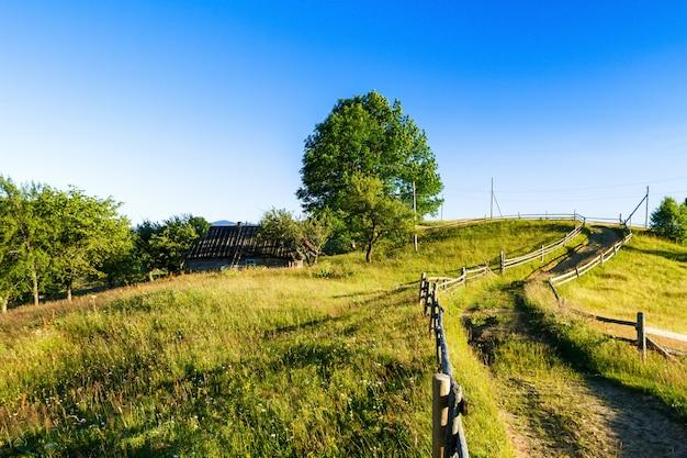 Прекрасный вид на деревню в украинских карпатах.