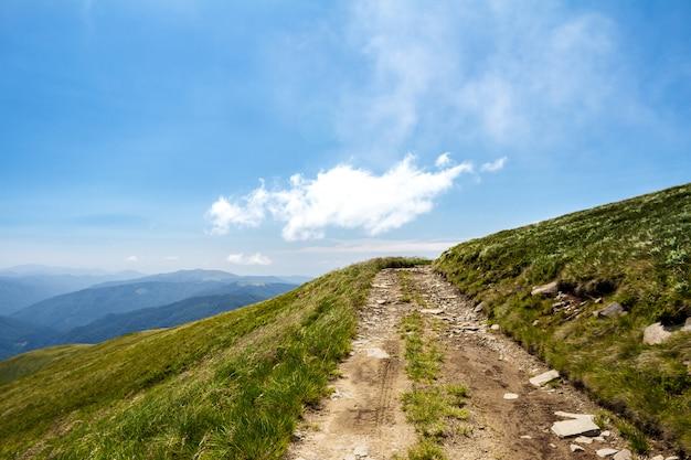 ウクライナのカルパティア山脈と曇り空の美しい風景。
