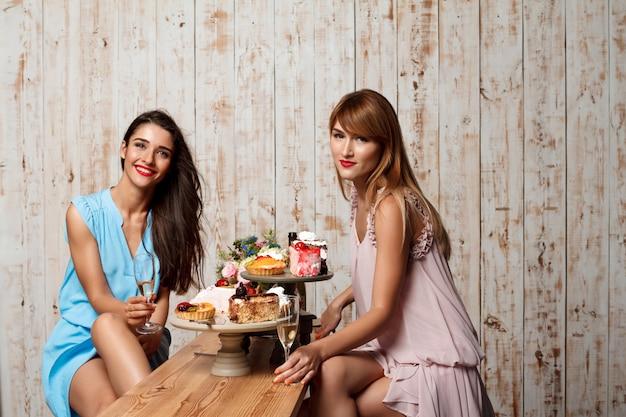 Две красивые девушки отдыхают на вечеринке.