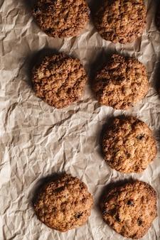 Крупным планом изображение овсяного печенья с орехами на противень для выпечки