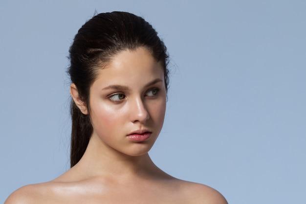 自然なメイクアップの若い美しい女性のファッションの肖像画。