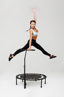 Спортивная женщина тренируется на ребундер готовится к соревнованиям