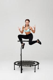 Спортивная тренировка женщины по ребундеру и шоу-рок