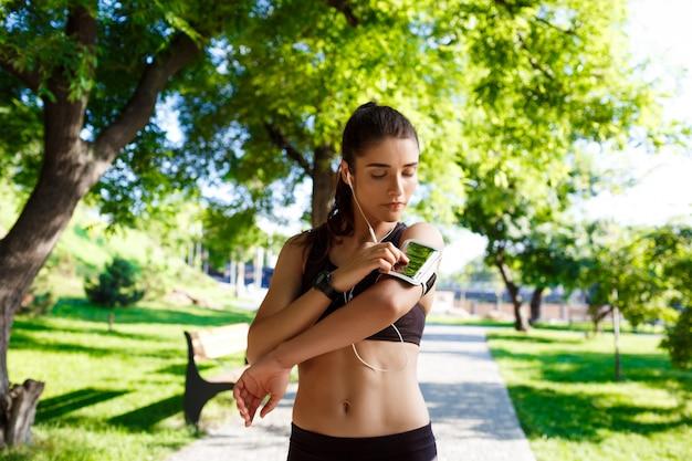 公園で若いフィットネス女の子