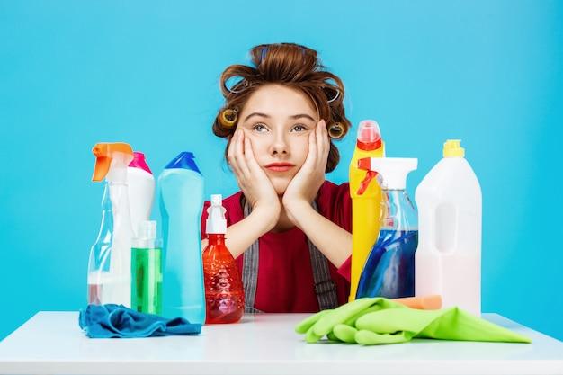 女性は化粧をして家を掃除します、彼女は疲れているようです