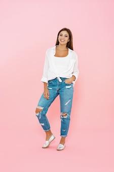 Женщина в модном весеннем наряде. синие джинсы и белая рубашка
