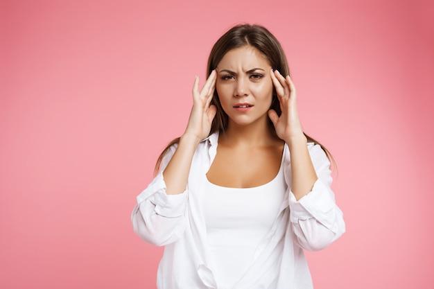 頭痛を保持している強い緊張性頭痛を持つ美しい少女