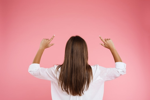 トレンディな春の服装の若い栗女性の背面図