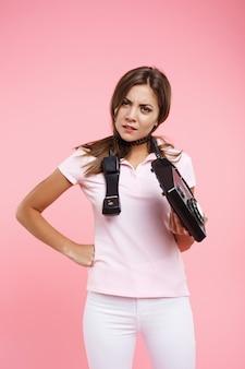 怒りで探している固定電話を保持している電話女性のうんざり