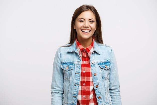 Портрет улыбающегося молодой женщины в прохладном весеннем взгляде