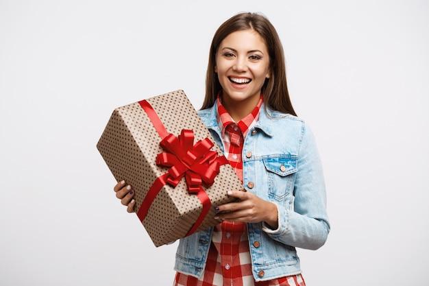 Очаровательная девочка-подросток, выглядящая очень счастливой на день рождения пэтти