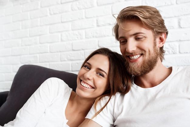 Портрет молодой красивой пары улыбаются